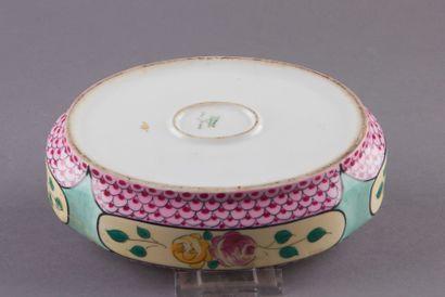 LIMOGES, Bonbonnière ovale en porcelaine à décors de fleurs dans des cartouches...