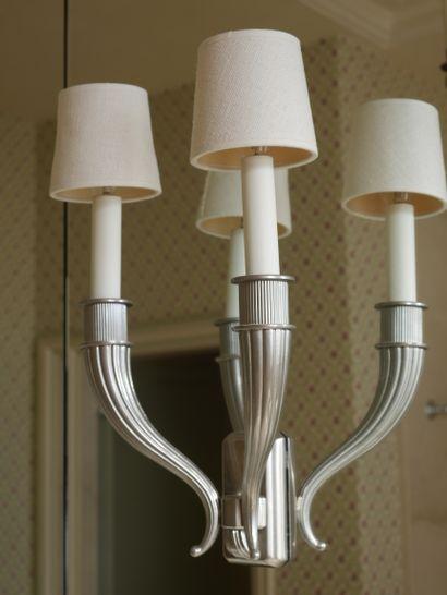 Applique en métal à deux bras de lumière simulant des cornes d'abondance, dans le...