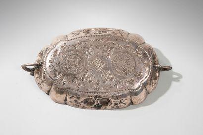 Plat ovale en argent festonné à décor de fleurs et de fruits Beau décor incrusté...
