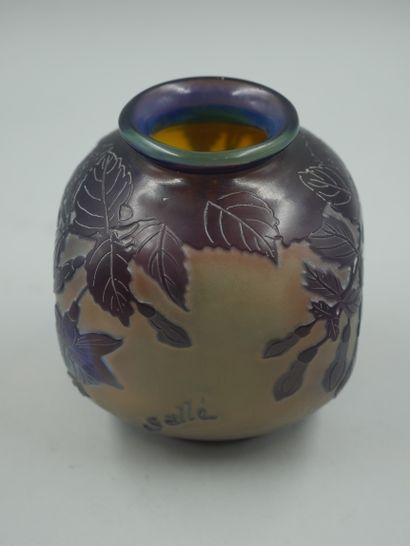 ETABLISSEMENTS GALLE (1904-1936). Petit vase de section carrée en verre multicouche...