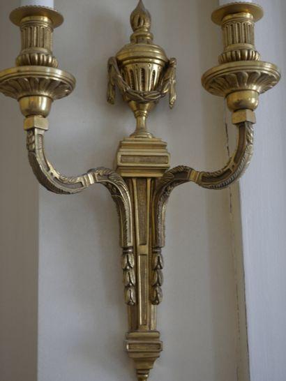 Paire d'appliques de style Louis XVI en bronze doré à deux bras de lumière, le fût...