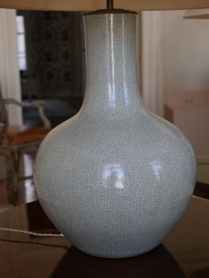 Paire d'importants pieds de lampe de forme balustre en porcelaine céladon craquélée....