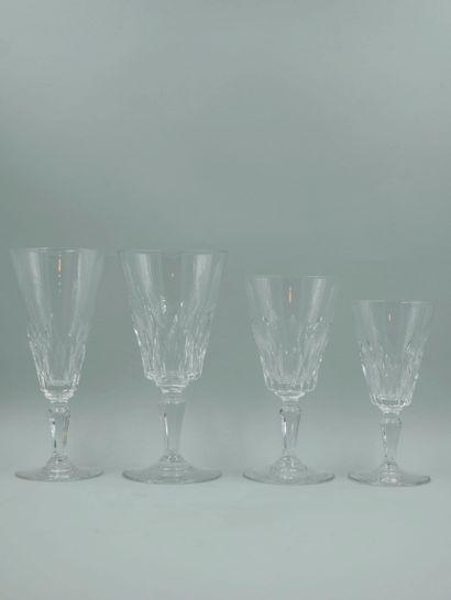 BACCARAT. Partie de service de verres en cristal taillé comprenant 12 flûtes à champagne,...