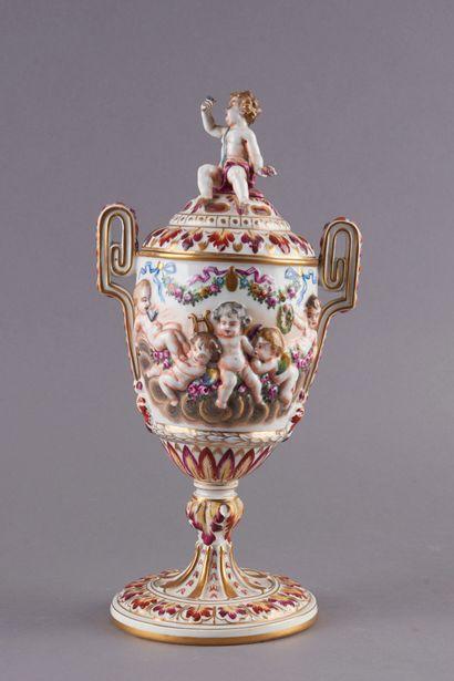 Attribué à CAPODIMONTE. Vase couvert en porcelaine polychrome à décor en bas-relief...