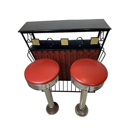 Bar en métal laqué noir gainé de cuir rouge. Haut 110cm, Larg 93cm, Prof 28cm. Eclats...