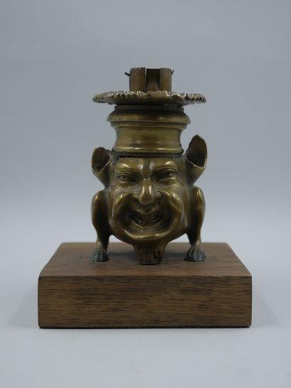 Bougeoir en bronze doré représentant une...