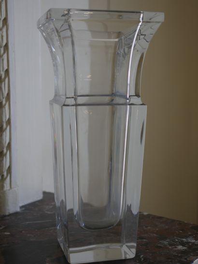 SEVRES. Vase à section quadrangulaire en cristal, le col évasé. Signé sous la base....