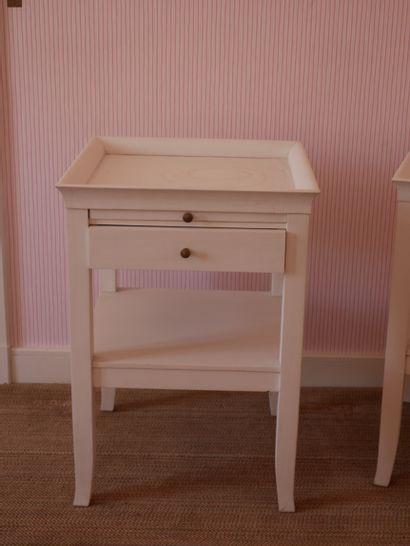 Paire de tables de chevet en bois laqué blanc, ouvrant à un tiroir et une tirette...