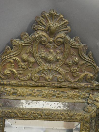 Miroir à pareclose en laiton repoussé à motif de feuilles, entrelacs et coquilles....