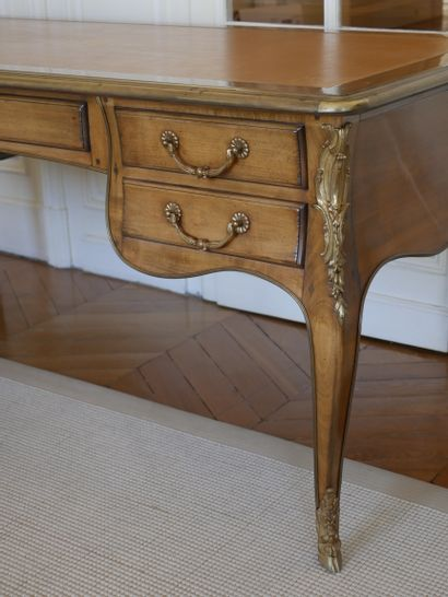 Grand bureau plat de style Louis XV en bois de placage, ouvrant à cinq tiroirs en...