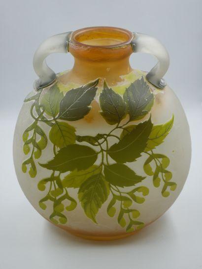 ETABLISSEMENTS GALLE (1904-1936). Grand vase de forme gourde méplate en verre multicouches...