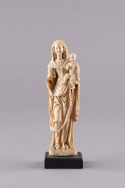 Sculpture en ivoire représentant la Vierge...