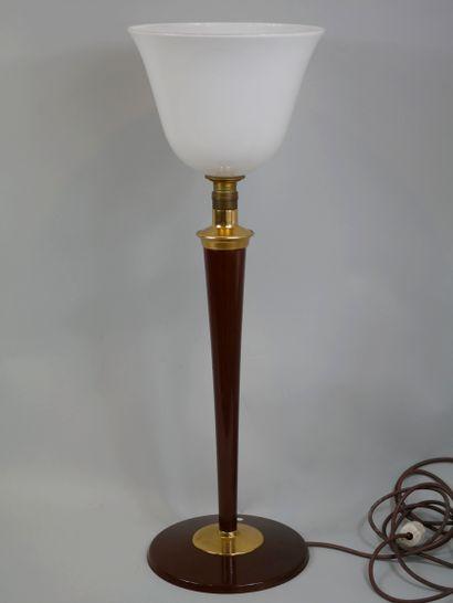 """Grande lampe de bureau type """"MAZDA"""", piétement en métal doré, le fût en bois peint,..."""