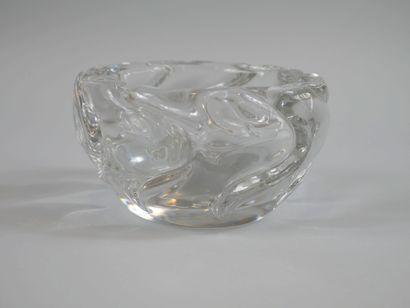 DAUM. Large cendrier rond en cristal moulé....