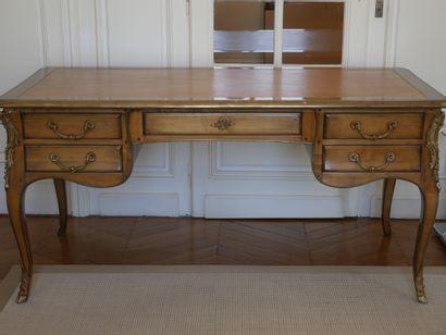 Grand bureau plat de style Louis XV en bois...