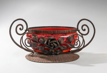 André DELATTE (1887-1953) in Nancy. A red marmorated glass bowl set in a wrought...