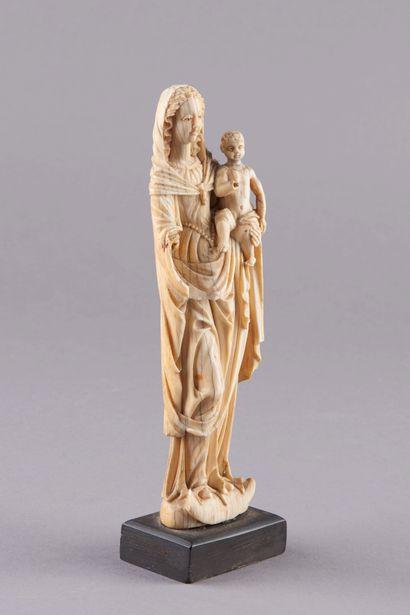 Sculpture en ivoire représentant la Vierge à l'enfant. La Vierge à la chevelure...