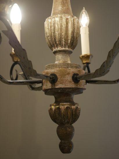 Suspension en bois peint et tôle laquée à six bras de lumière. Haut 56cm (sans la...