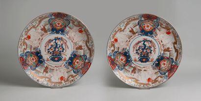 JAPON XIXè siècle. Paire de grands plats en porcelaine à décor en bleu sous couverte...