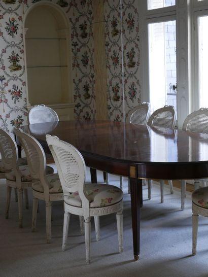 Grande table de salle à manger en acajou et placage d'acajou, les montants gaines...