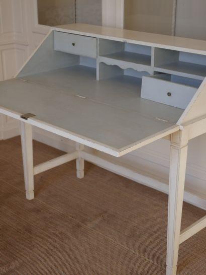 Bureau de pente en bois mouluré et laqué blanc, reposant sur quatre pieds gaines,...