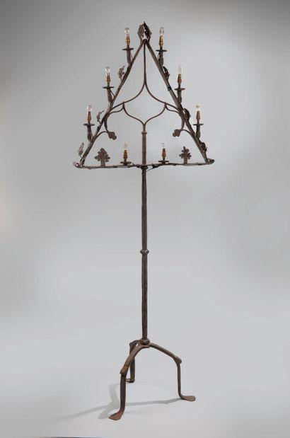 Pied de lampe en fer forgé à huit lumières,...