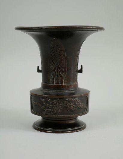 JAPON. XIXè siècle. Petit vase Usubata pour ikebana en bronze à patine brune à décor...