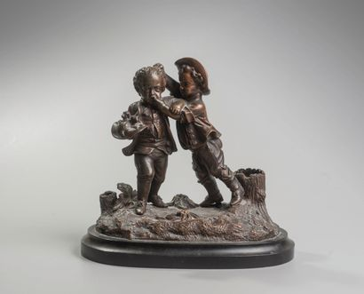 Ecole Française XIXè siècle. Les chamailleurs. Bronze à patine brune formant bougeoir....