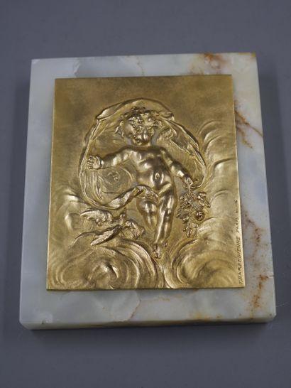 BARBEDIENNE. Plaque en bronze doré ciselé représentant un putto tenant un bouquet...