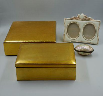 Lot comprenant deux boites laquées or, un...