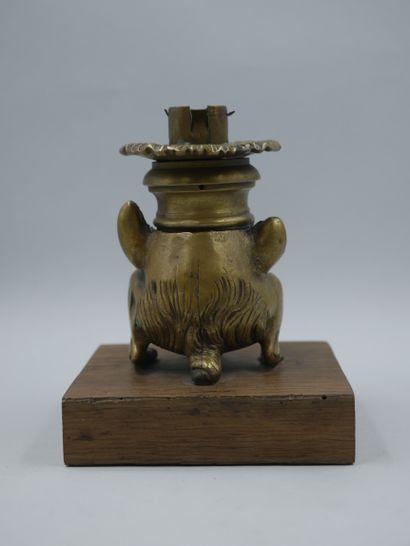 Bougeoir en bronze doré représentant une chimère à visage d'homme grimaçant, pattes...