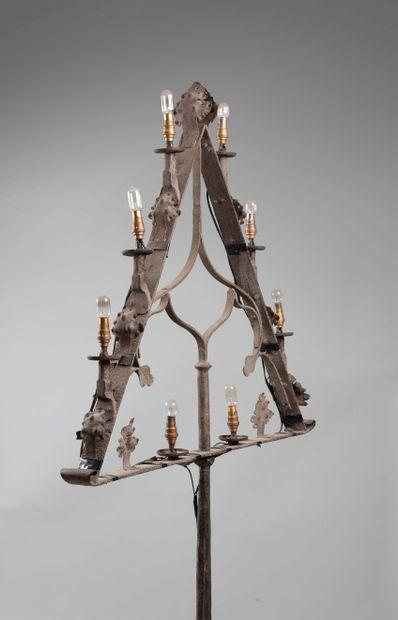 Pied de lampe en fer forgé à huit lumières, le piétement tripode, le fût martelé...