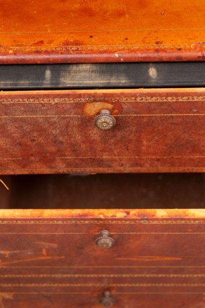 Cartonnier entièrement gainé de maroquin marron doré au petit fer, ouvrant à deux...