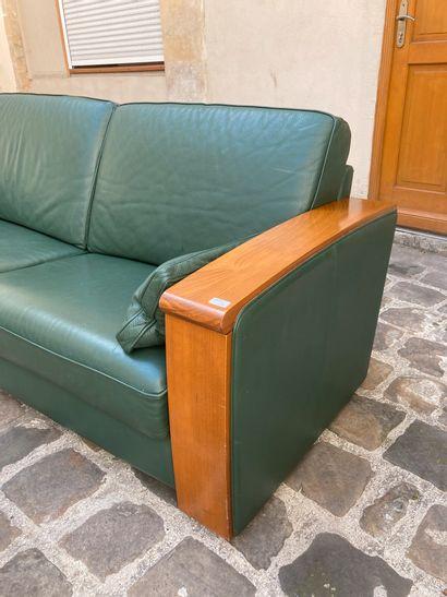 LELEU Jacques, Grand canapé, les accoudoirs en bois à patine acajou, garniture de...