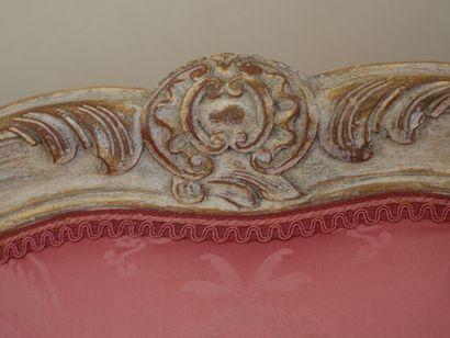 Bergère en bois mouluré, sculpté, laqué crème et rechampi or, à décor de coquilles...