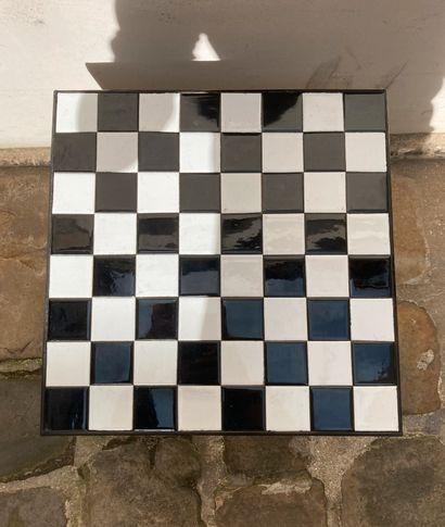 Table d'appoint, le plateau en céramique à motif de damier, le piétement en métal....