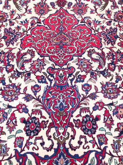 ISPAHAN, IRAN, début XXème. Tapis à belle rosace centrale sur un fond ivoire richement...