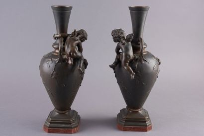 Auguste MOREAU (1834-1917). Paire de vases à anses en bronze à patine brune, panses...