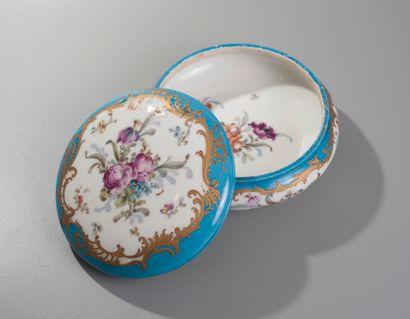 Manufacture impériale de Sèvres. Bonbonnière circulaire en porcelaine. Le fond bleu...