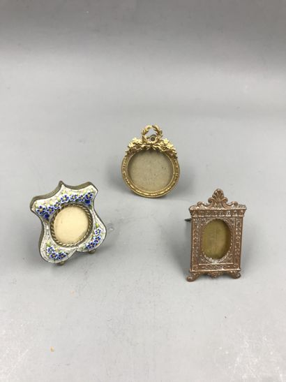 Lot of picture frames, one of them in metal with rhinestones and an openwork ribbon....