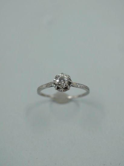 Bague solitaire en platine ornée d'un diamant...