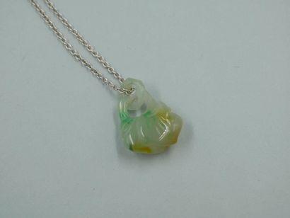 Pendentif en jade jadéite sculpté et gravé...
