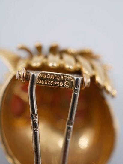VAN CLEEF ARPELS, Broche en or jaune 18K modèle hibou perché, les yeux en cabochon...