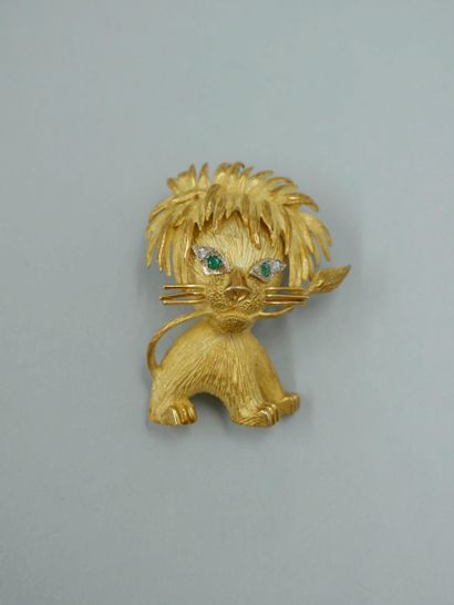 Broche en or jaune 18k figurant un lion se...