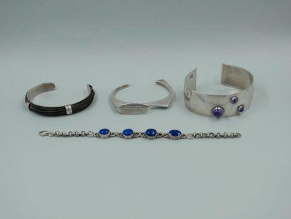 Lot de quatre bracelets en argent, l'un orné...