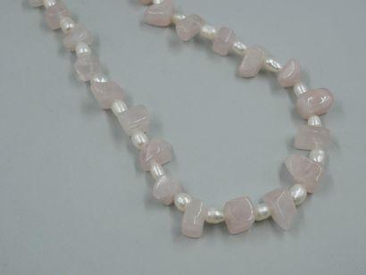 Collier sautoir orné de perles de quartz...