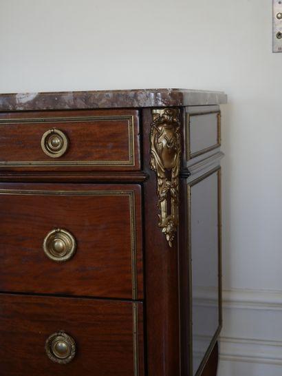 Commode en acajou et placage d'acajou à léger ressaut central, ouvrant à cinq tiroirs...