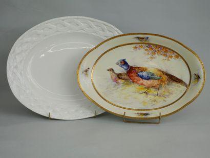 Deux plats ovales dont un en porcelaine de...