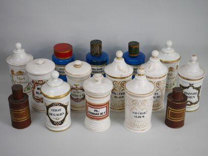 Lot comprenant 10 pots à pharmacie en porcelaine...