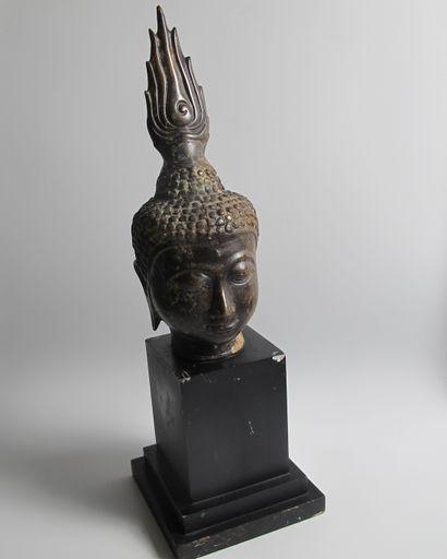 Tête de Bouddha en bronze sur socle en bois....